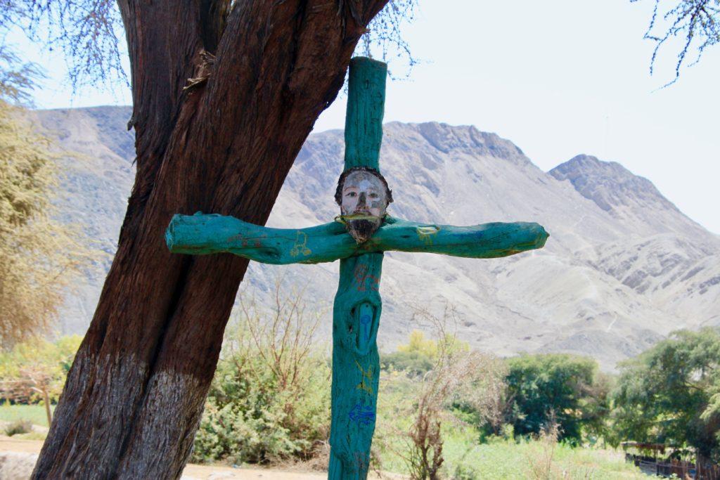 パルパの地上絵がある台地を望む十字架