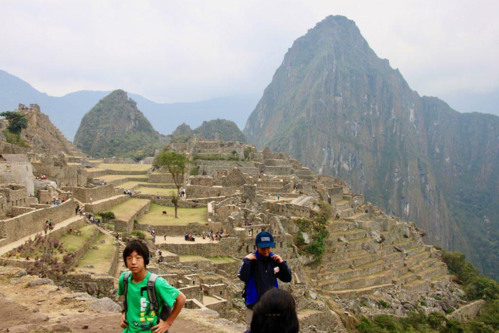 マチュピチュ遺跡をを見学する子供達