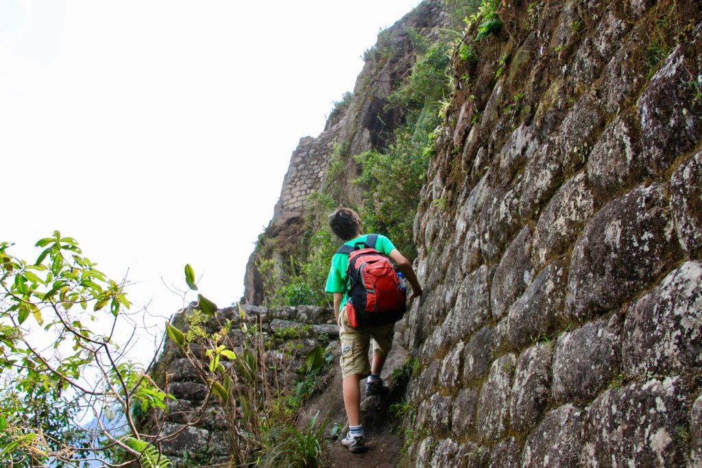 ワイナピチュ遺跡の石垣を登る長男