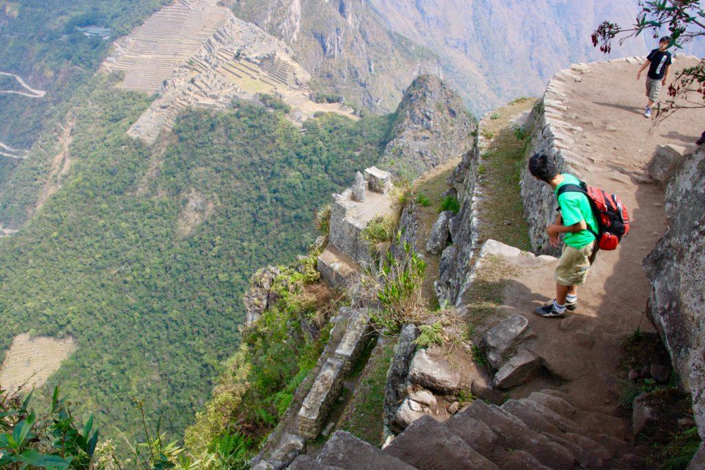ワイナピチュ登山の途中でマチュピチュ遺跡を見下ろす長男