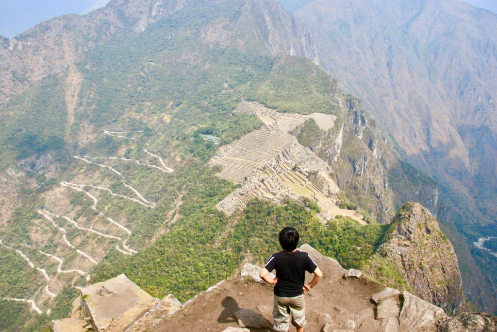 ワイナピチュ登山の途中にあるポイントからマチュピチュ遺跡を見下ろす次男