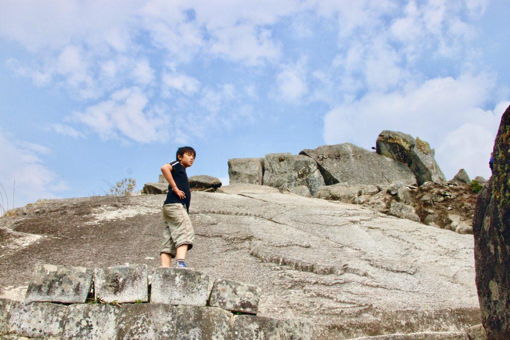 ワイナピチュの草も木も生えていない岩肌の斜面を下る次男