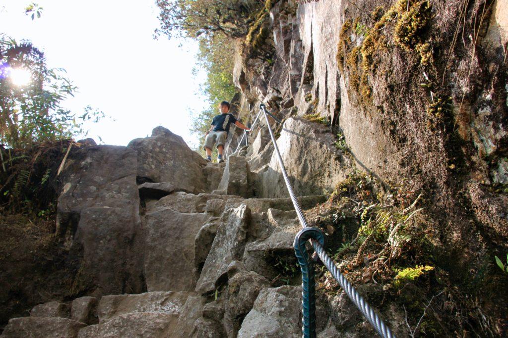 岩場の急斜面をロープにつかまって降りる次男