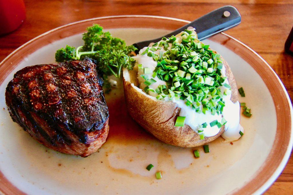 チャックステーキハウスのサーロインステーキとベイクドポテト