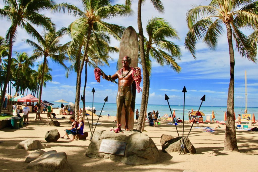 デュークカハモナク像とワイキキビーチのヤシの木