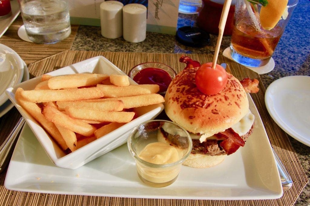 キッズハンバーガー。フライドポテトが添えてある。