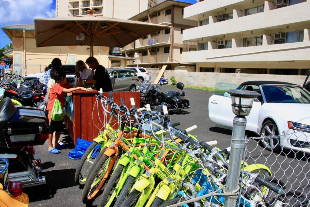 ワイキキのレンタサイクルショップで自転車を借りる手続きをするママと次男