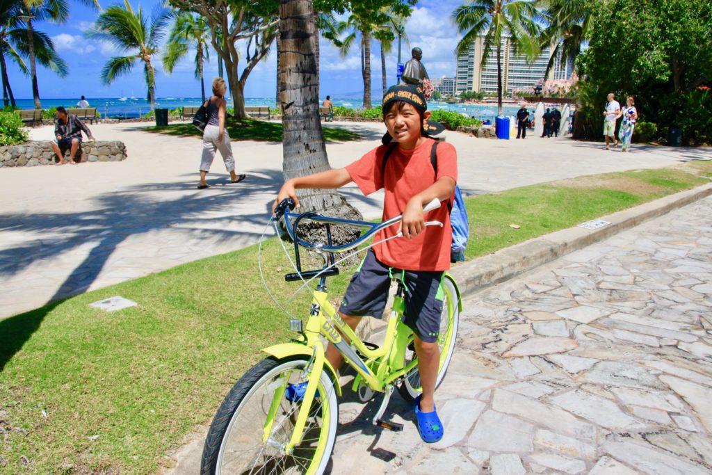 ワイキキビーチで自転車に乗る次男