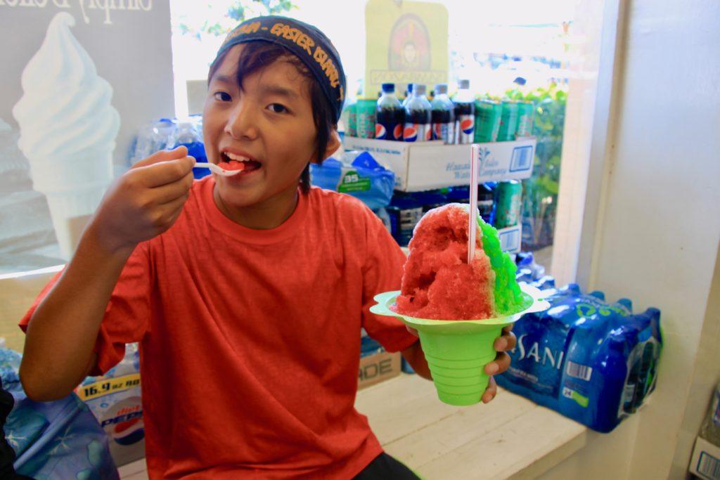 室内で冷たいシェイブアイスをスプーンで頬張る次男