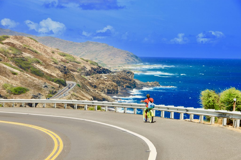 海岸沿いの絶景コースを自転車で下る次男