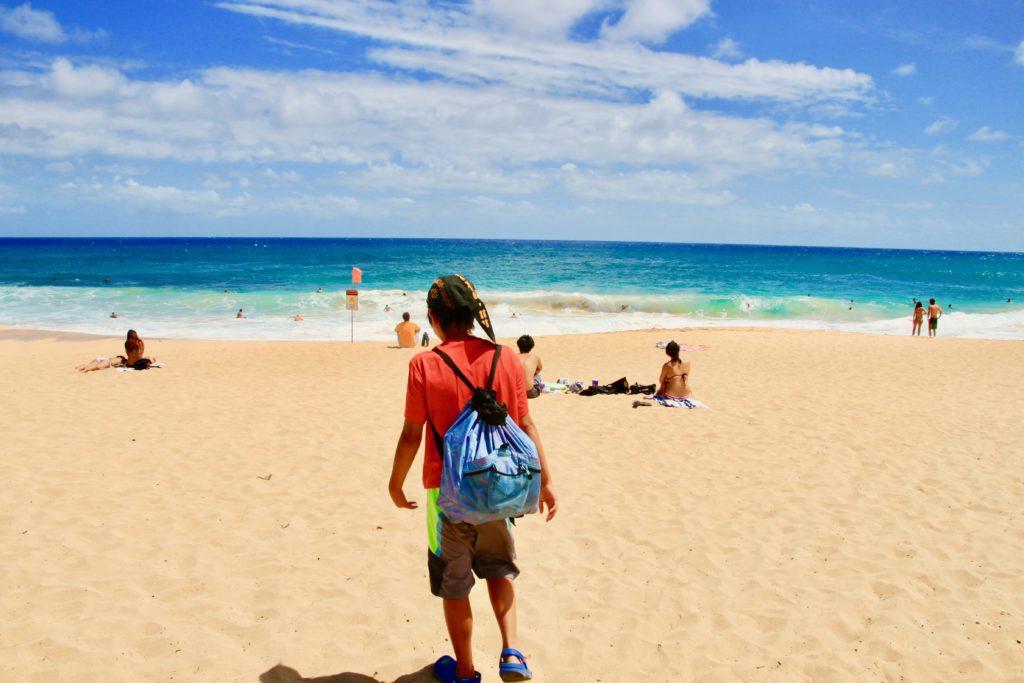 サンディビーチに立つ次男