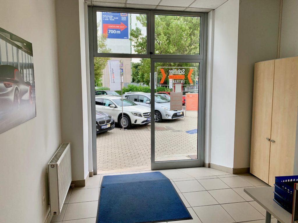 レンタカー会社のオフィスの入り口