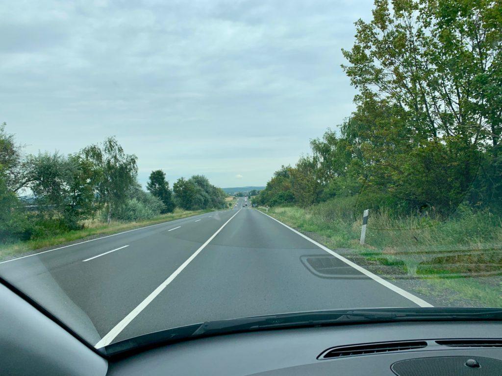 レンタカーの窓から見えるハンガローとスロバキアの国境近くの道路