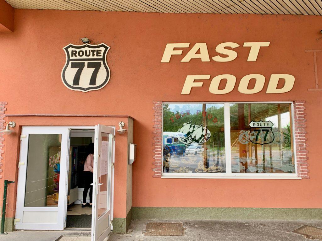 ハンガリー〜スロバキア国境にあるレストランの入り口