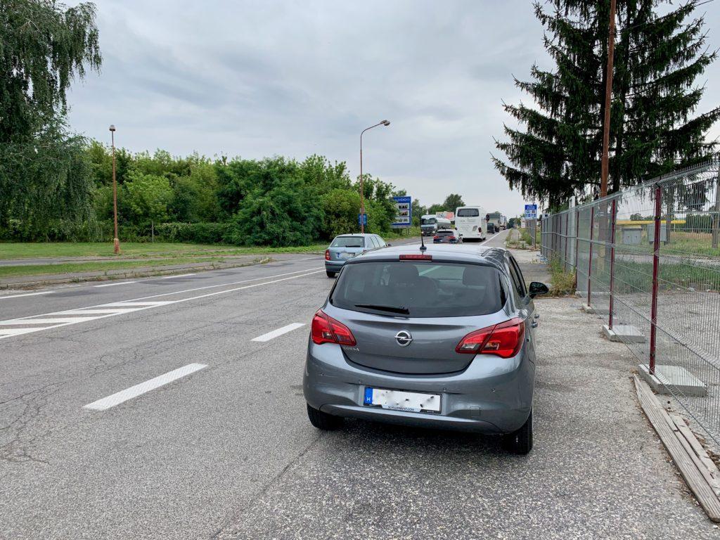 スロバキアに入って止めた車を後ろから写した写真