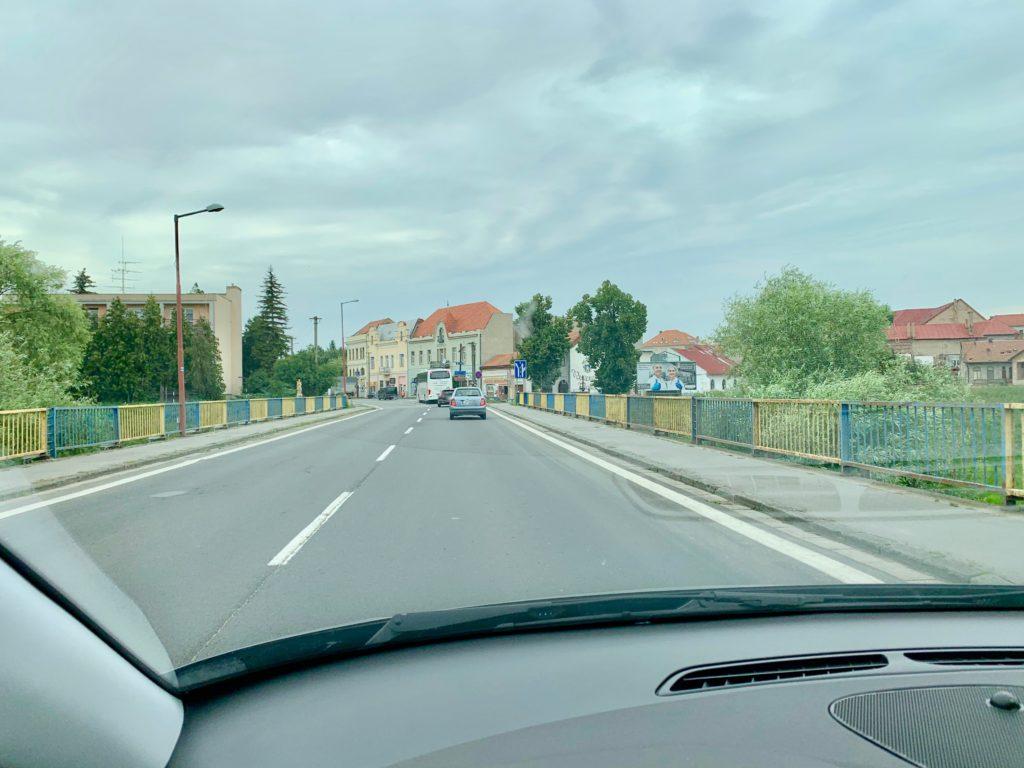 自動車の運転席から見たスロバキアの村