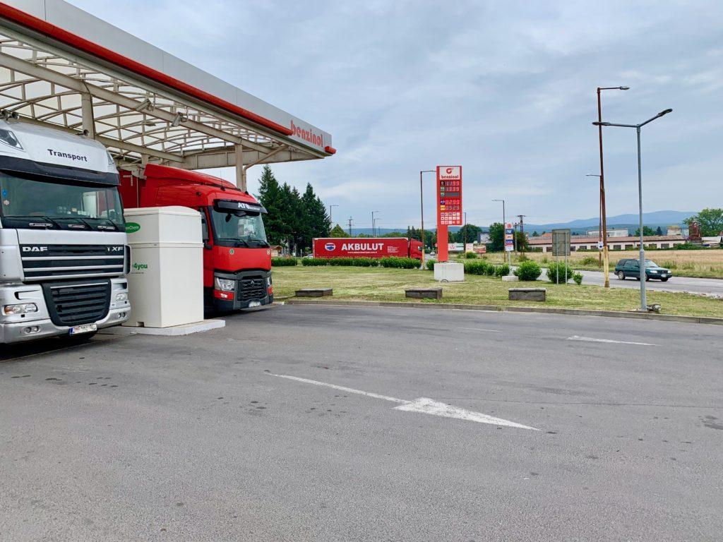 ガソリンスタンドに停車するトラック