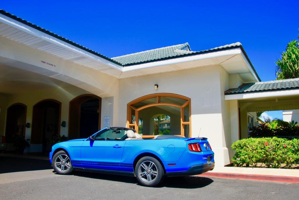 カウアイ島リフェ空港で借りた青いオープンカー