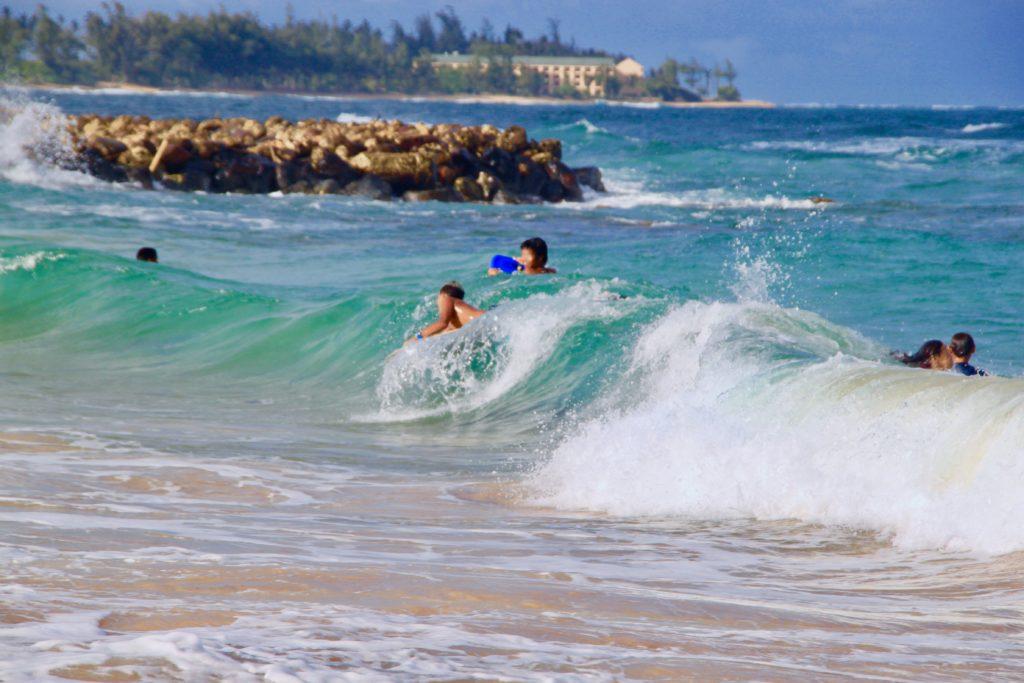 リドゲートビーチでボディボードをする人