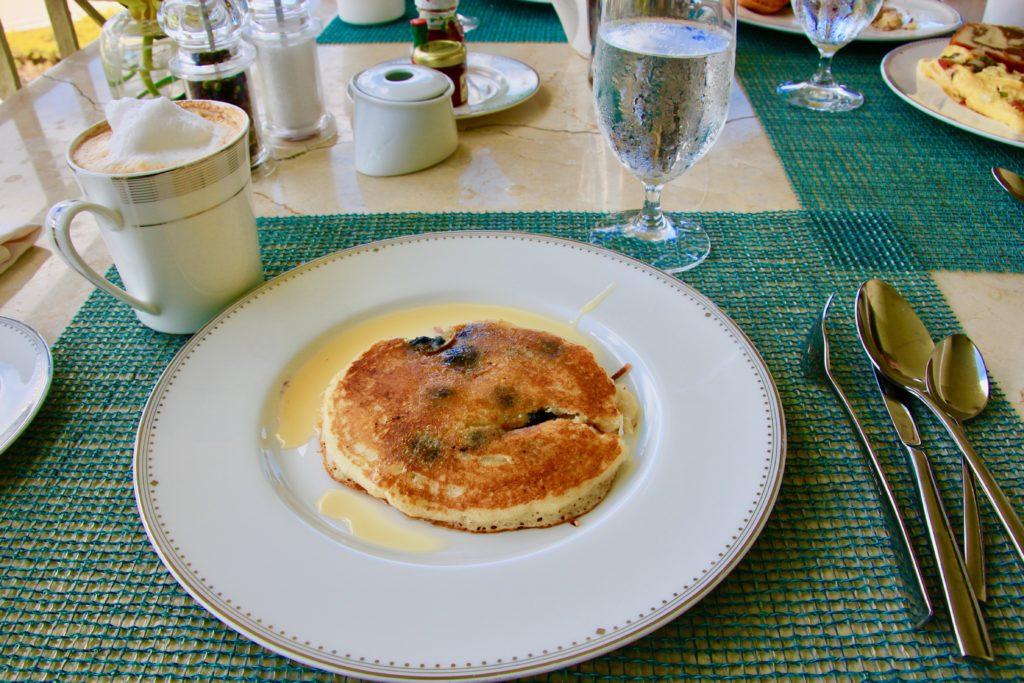 メイプルシロップがかかったハワインバターミルクブルーベリーパンケーキ