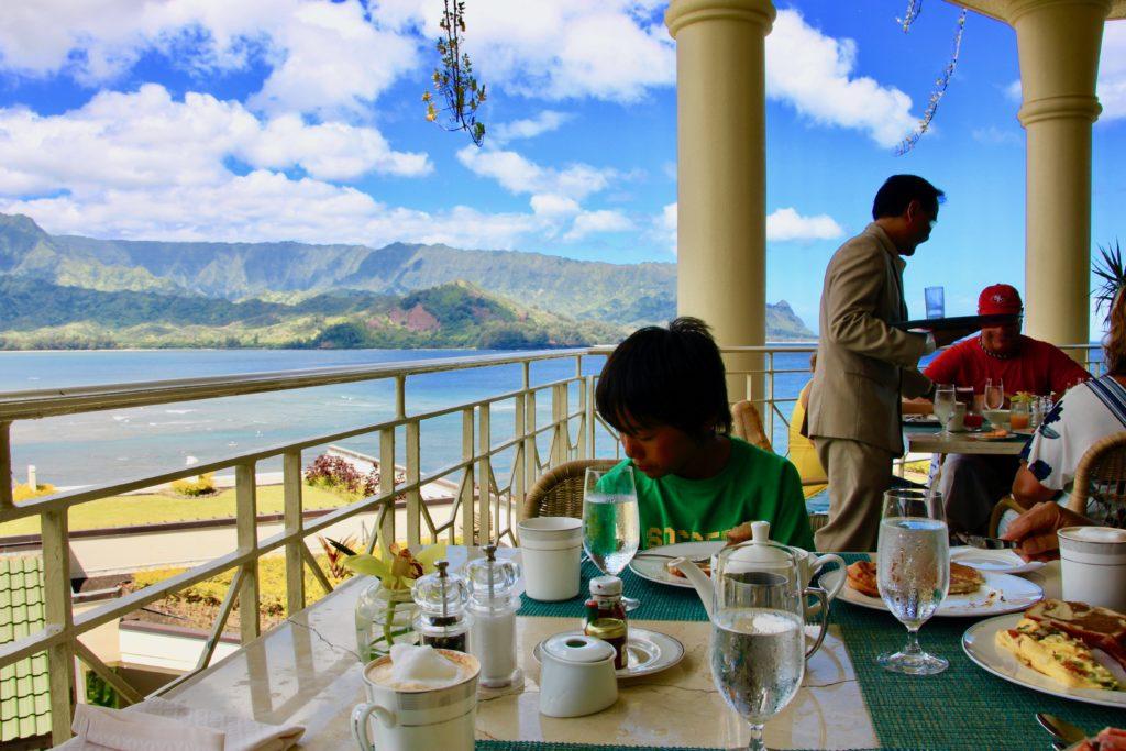 ハナレイ湾を望むマカナテラスで食事をする次男