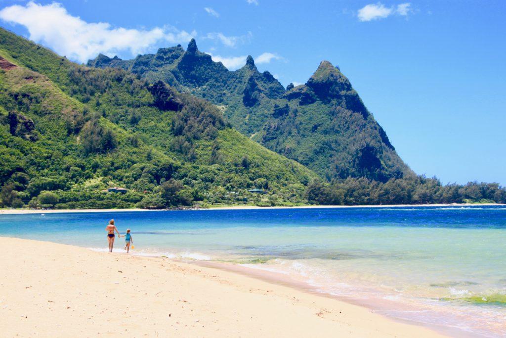 ハエナビーチを散歩する親子