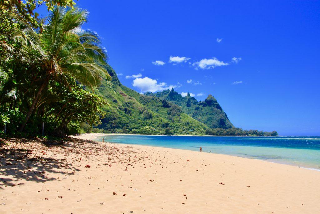 ハエナビーチの砂浜とエメラルドグリーンの海