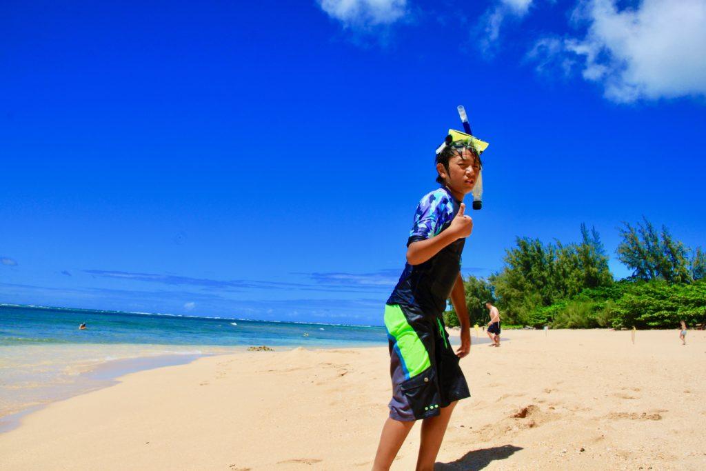 トンネルビーチのシュノーケルが終わって砂浜に上りポーズをする次男