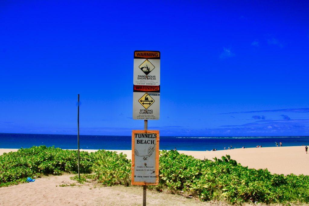 トンネルビーチの入り口の看板
