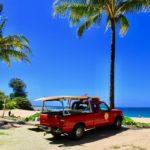 ハエナビーチの止まっている赤いピックアップワゴン