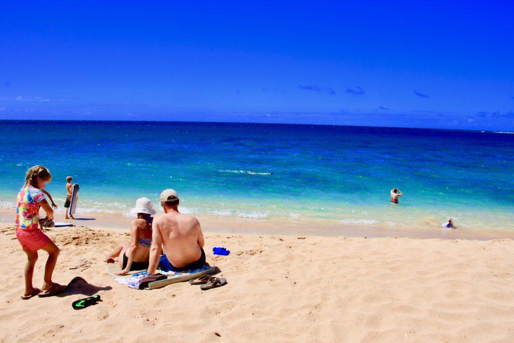 ハエナビーチで遊ぶ家族連れ