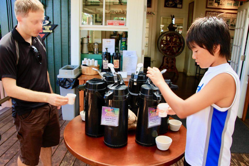 コーヒー試飲コーナーでコップにコーヒーを入れるリュウ