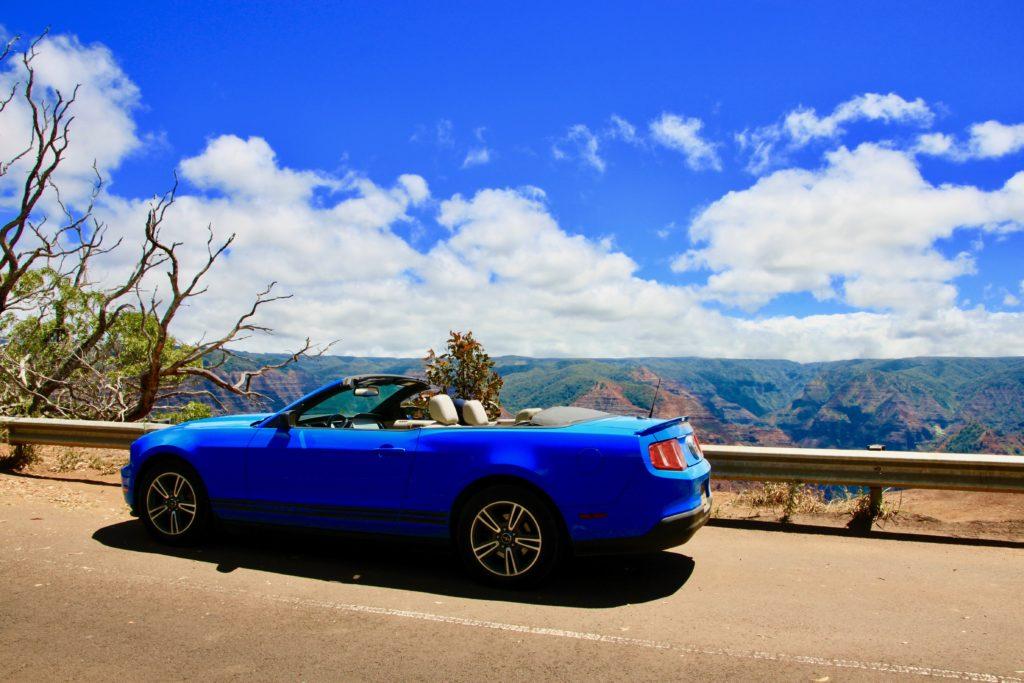 ワイメアキャニオンの景色とオープンカー