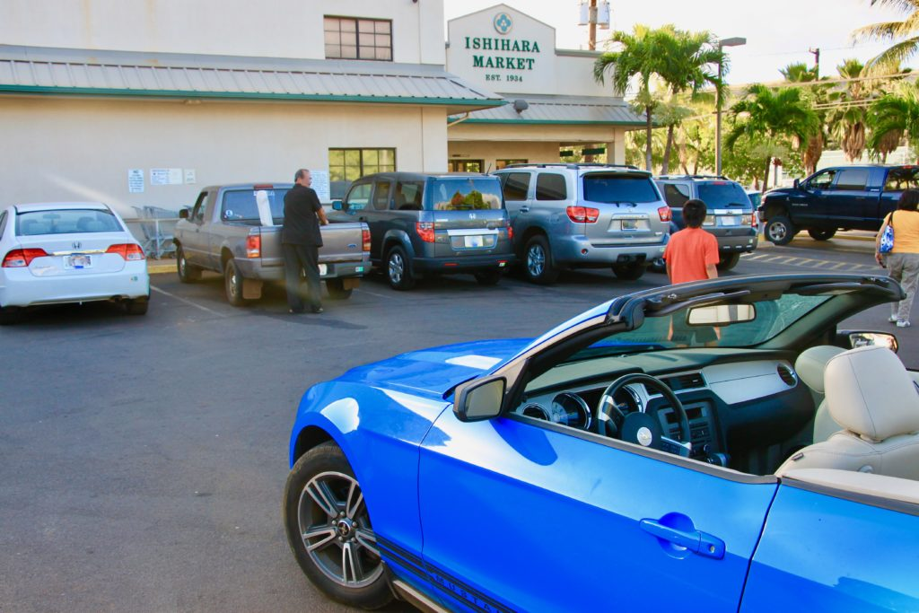 イシハラマーケットの駐車場に車を止める