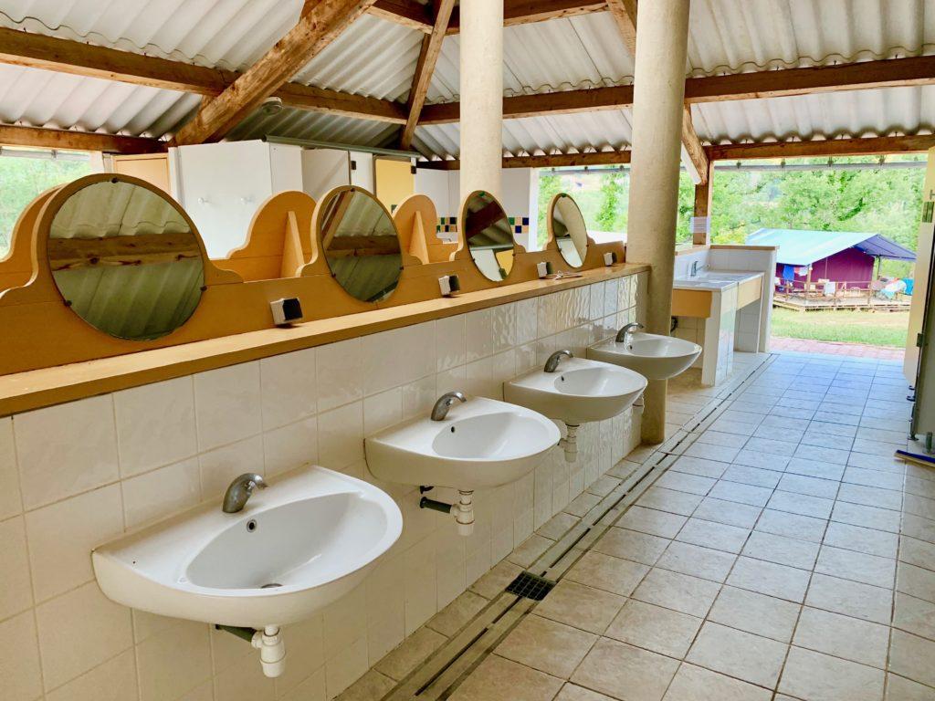 一列に並んだ洗面台と鏡