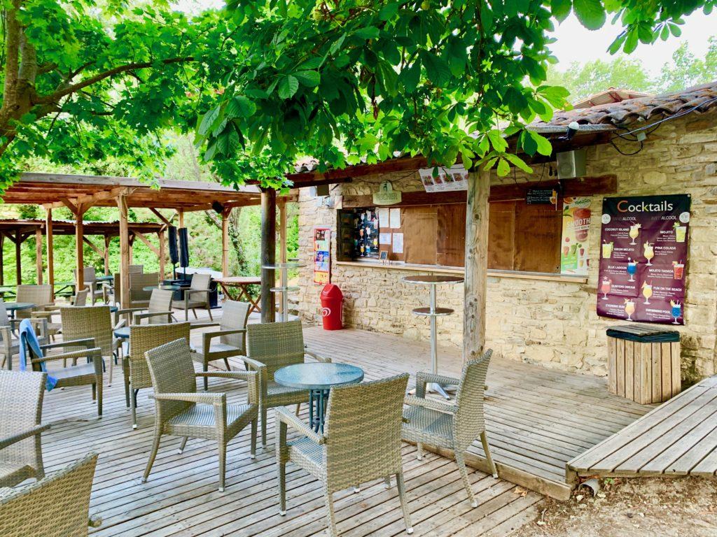 木陰に椅子が並んだカフェ