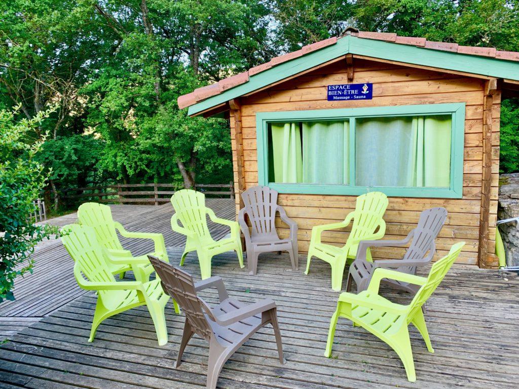サウナ小屋の前に並んだ休憩用の椅子