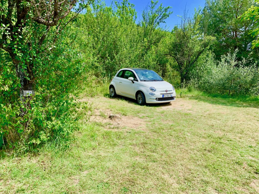 ナチュリストキャンプ場のキャンプサイトに止めた車