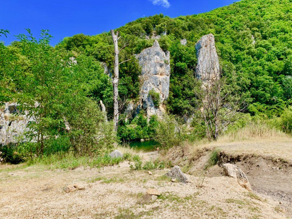 渓谷の岩肌と川