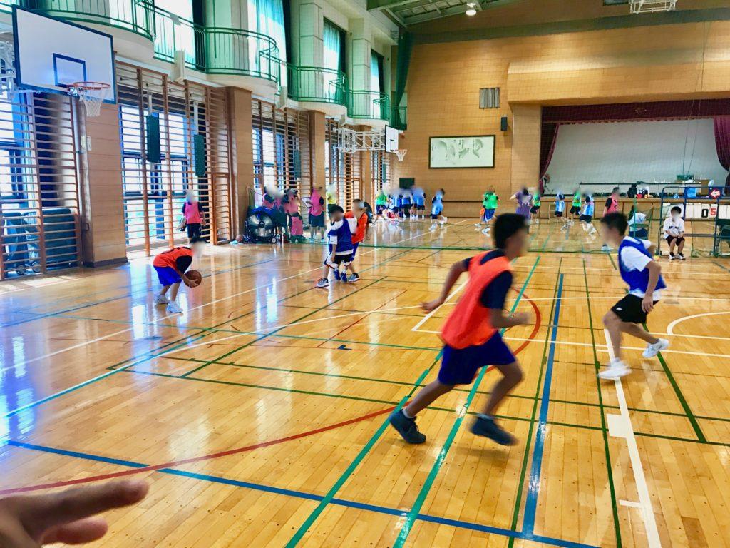体育館でバスケットボールの練習をする中学生