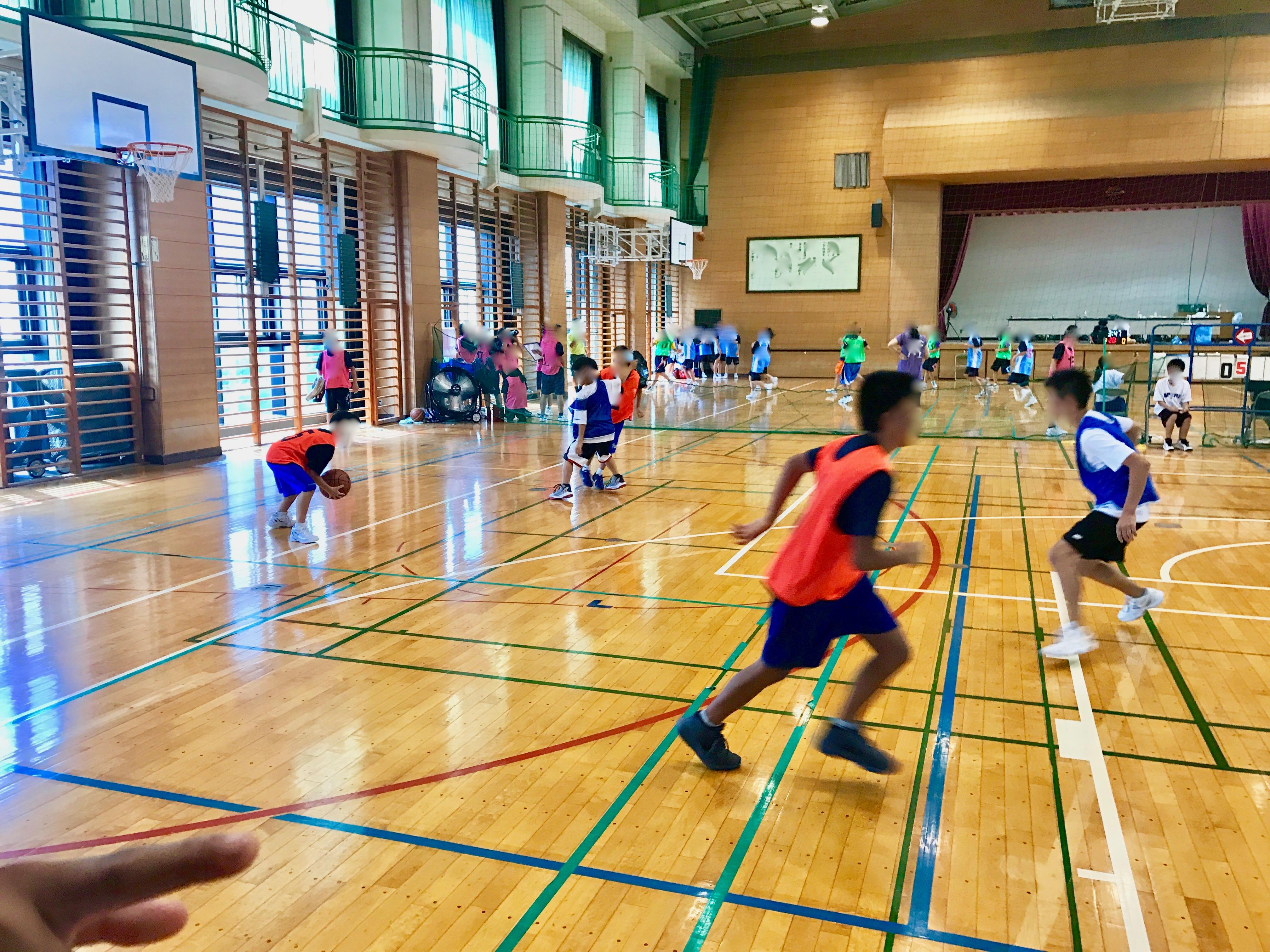 バスケットボールの練習をする中学生