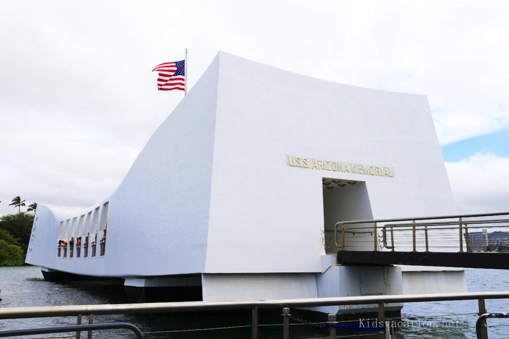 アリゾナ記念館の白い建物と星条旗