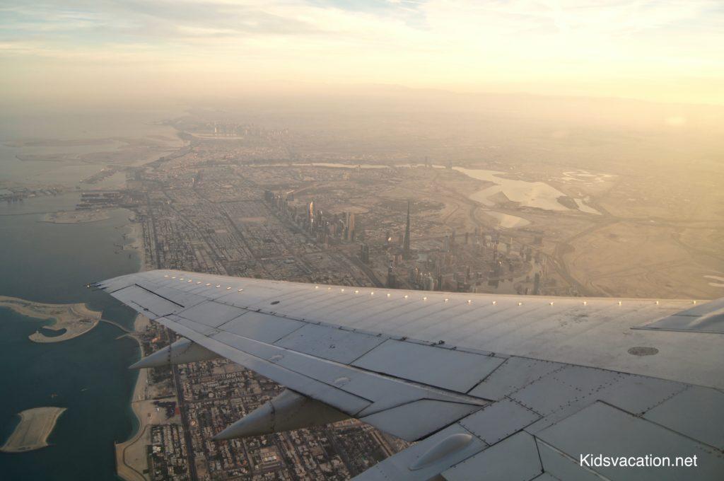 飛行機の翼と空から見るドバイの街