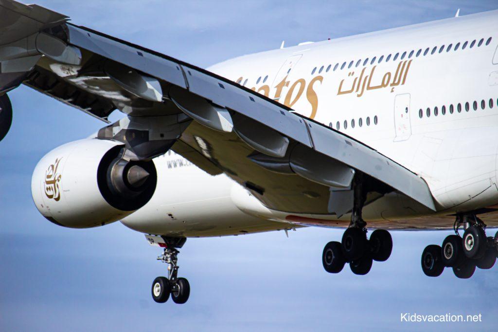 着陸前のエミレーツ航空