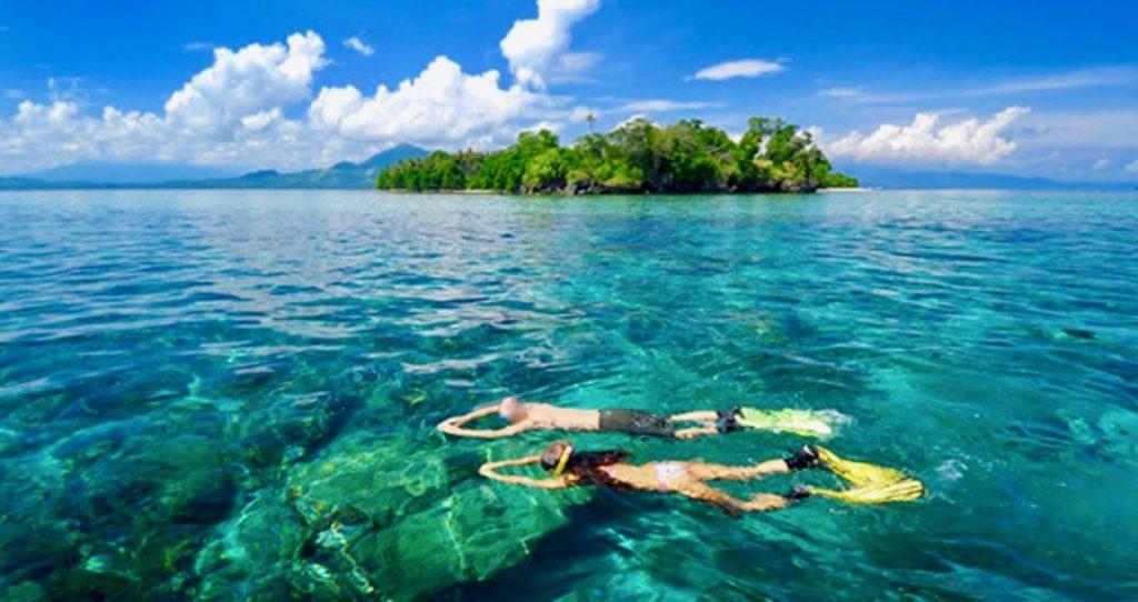 シラデン島の海でシュノーケリングをするカップル
