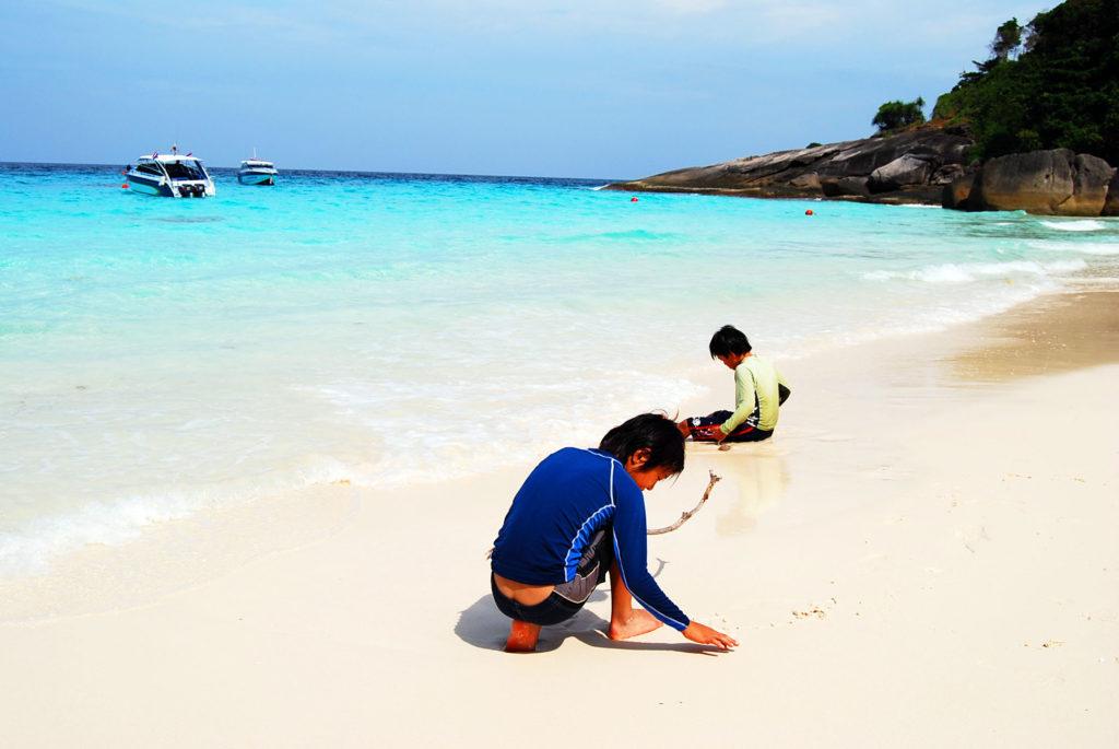 シミラン 諸島のビーチで棒を探して遊ぶ子供たち