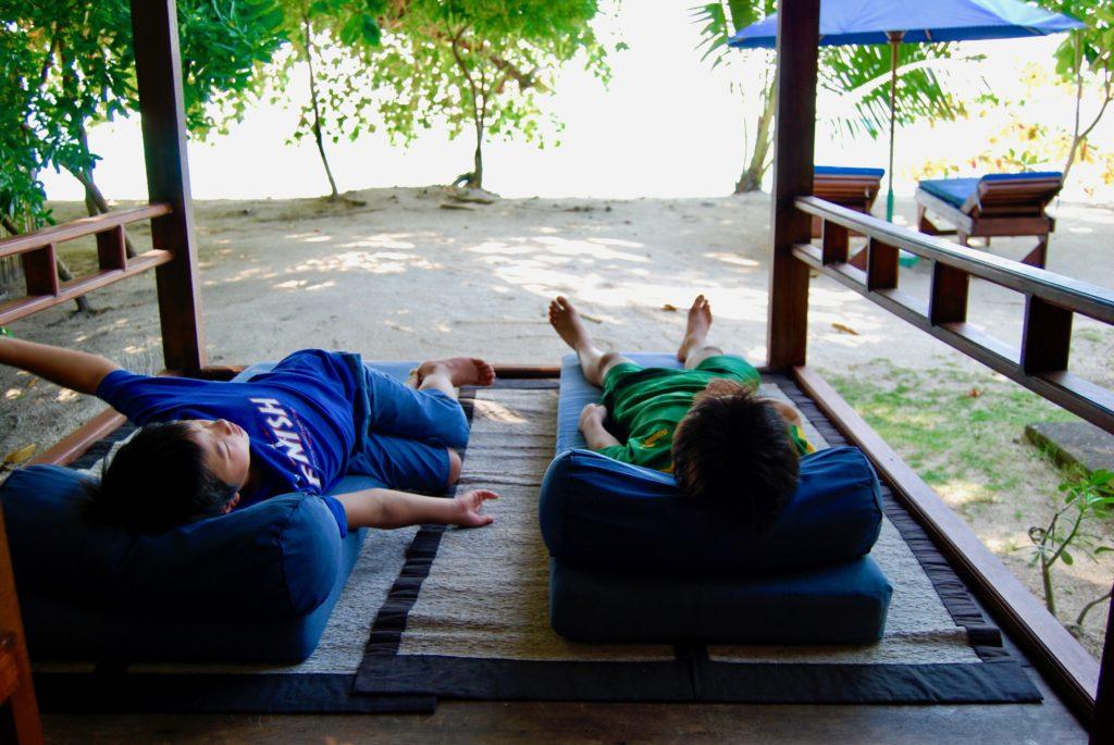 デイベッドに寝転んで海を見る子供達