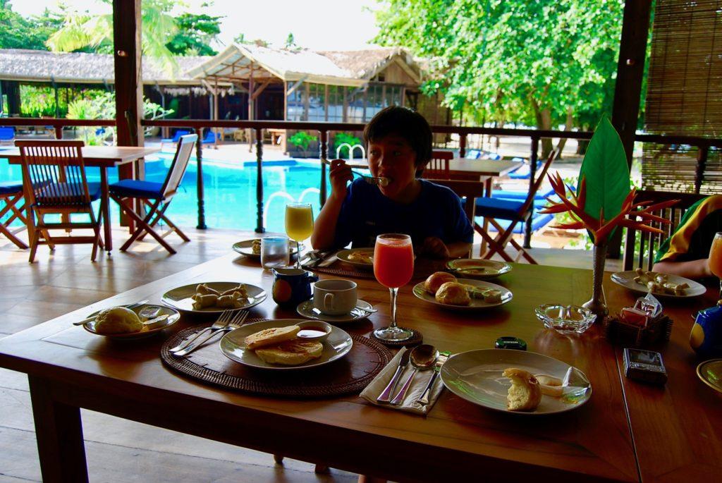 レストランで朝食を食べる次男