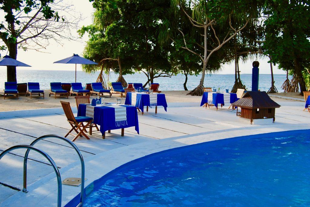 海の見えるビーチサイドに設置されたディナーテーブル席