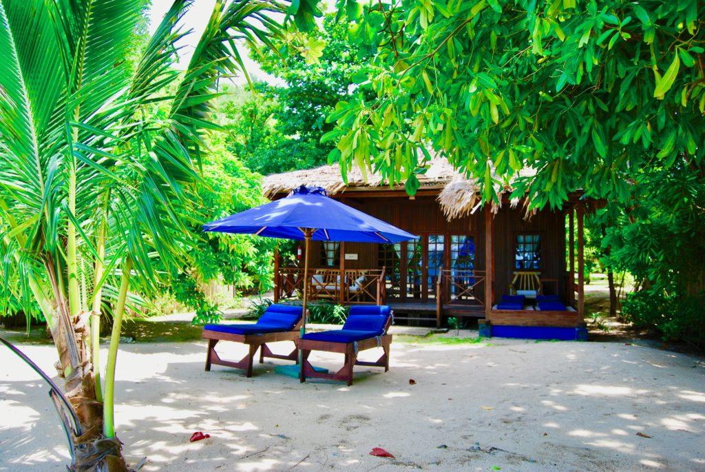 ビーチフロントヴィラの外観と1組のビーチベッド
